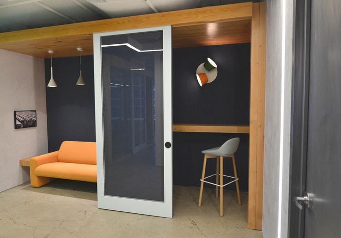 <b>上海办公装修-办公室玻璃隔断设计</b>