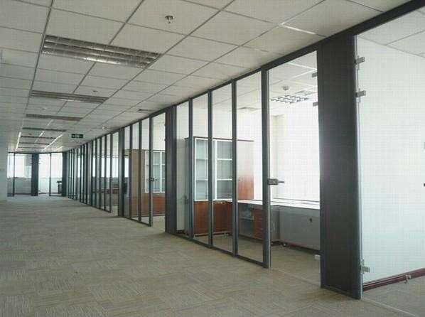 办公室装修玻璃隔断该如何保养