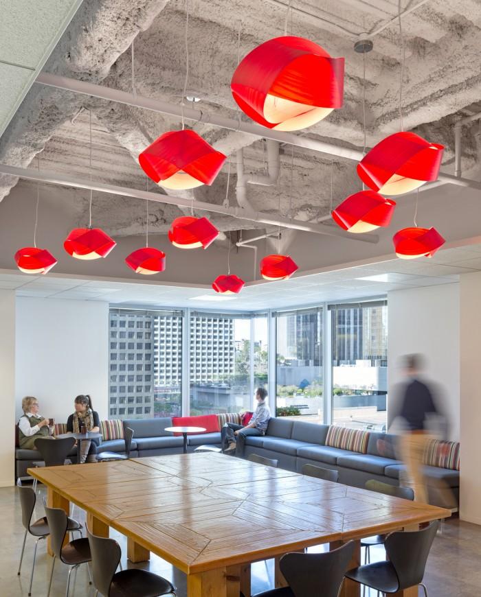 個性辦公空間設計大紅顏色的會議室