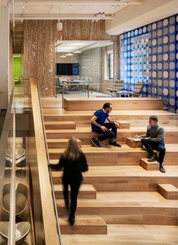 創意辦公室裏大氣寬闊的木制樓梯