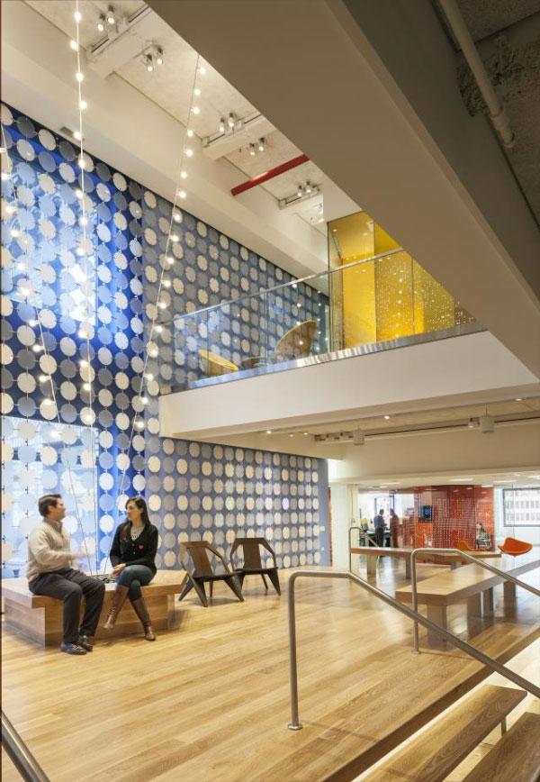 木制樓梯兩側是不同的創意辦公區