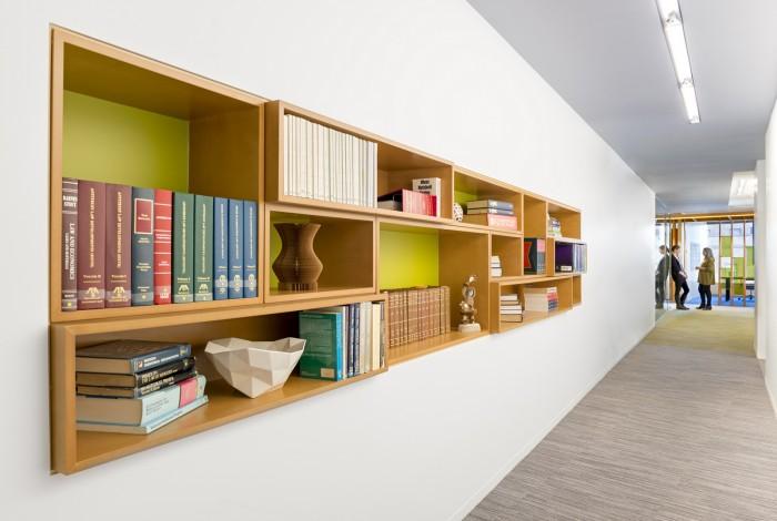 辦公區休息室的書柜