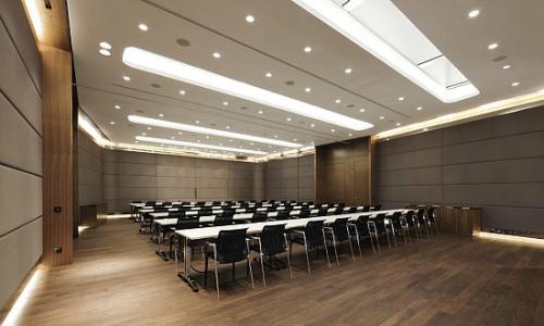 光帶柔和了剛性為主的辦公空間設計