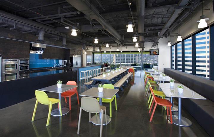 明黃亮綠搭配的時尚辦公空間設計的環境